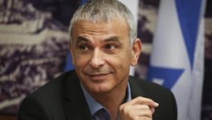 Le ministre des Finance et le chef du parti Koulanou, Moshe Kahlon, lors de la réunion d'ouverture du ministère des Finances à Jérusalem, le 18 mai 2015 (Crédit : Hadas Parush / Flash90)
