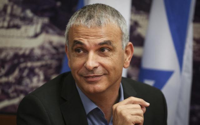 Moshe Kahlon, ministre des Finance et chef du parti Koulanou, au ministère des Finances, à Jérusalem, le 18 mai 2015. (Crédit : Hadas Parush/Flash90)