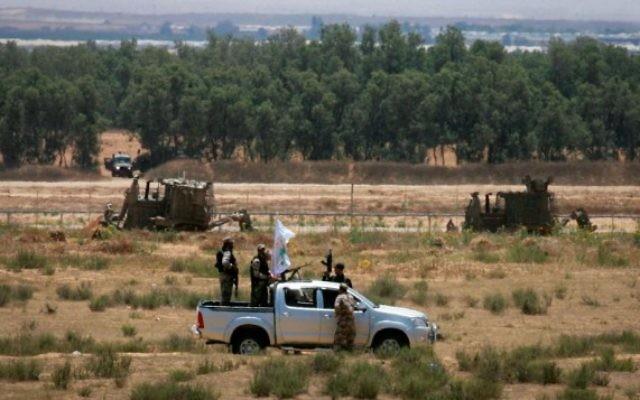 Des militants palestiniens de la branche armée du Hamas, patrouillent près d'une zone de la frontière israélienne avec Rafah dans le sud de la bande de Gaza, le 3 juin 2015 (Crédit : Abed Rahim Khatib / Flash90)
