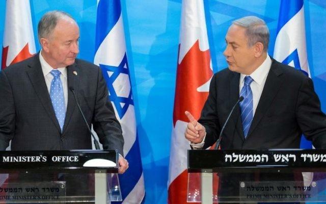 Le Premier ministre israélien Benjamin Netanyahu et le ministre canadien des Affaires étrangères Robert Nicholson à Jérusalem, le 3 juin 2015 (Crédit : Emil Salman / POOL)