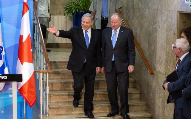 Le Premier ministre Benjamin Netanyahu a rencontré le ministre canadien des Affaires étrangères Robert Nicholson à Jérusalem le 3 Juin, 2015. (cRÉDIT : Emil Salman / POOL)