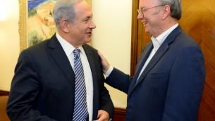 Le Premier ministre Benjamin Netanyahu (à gauche) et le président d'Alphabet, la maison mère de Google Eric Schmidt à Jérusalem, le 9 juin 2015. (Crédit : Kobi Gideon/GPO)