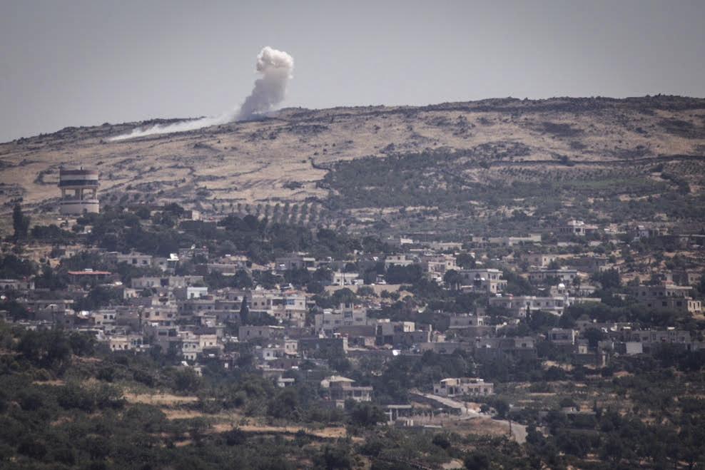 Vue des bombardements entre les forces syriennes depuis le côté israélien de la frontière avec la Syrie dans les hauteurs du Golan le 16 juin 2015 (Crédit : Basel Awidat / Flash90)