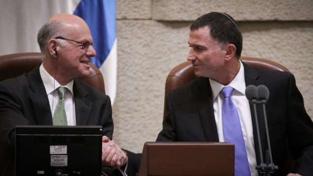 Yuli Edelstein, le président de la Knesset, serre la main du président du Parlement allemand (Bundestag), Norbert Lammert à la Knesset, le 24 juin 2015 (Crédit : Isaac Harari / Flash90)