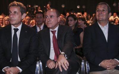 Le ministre de l'Intérieur, Silvan Shalom (au centre) avec l'ancien président français, Nicolas Sarkozy et l'ancien Premier ministre israélien Ehud Barak, lors de la Conférence d'Herzliya, le 8 juin 2015 (Crédit :  FLASH90)