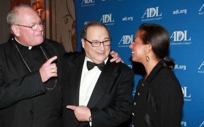 Abe Foxman, au centre, parle avec le Cardinal Timothy Dolan et Susan Rice, la conseillère à la sécurité nationale des États-Unis, lors d'un événement à New York pour honorer le directeur national sortant de l'Anti-Defamation League, le 17 juin 2015. (Crédit : JTA / David Karp)