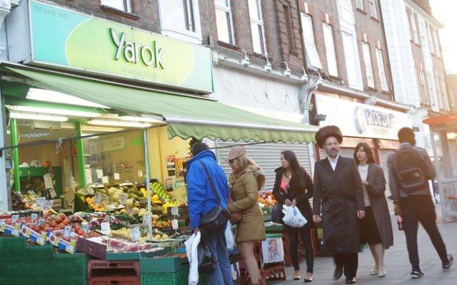 Des clients dans un marché du quartier juif de Londres, Golders Green, le 19 juin 2015 (Crédit : Cnaan Liphshiz / JTA)