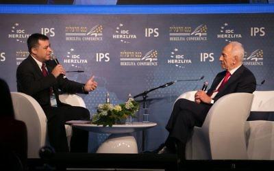 Shimon Peres à la conférence d'Herzliya, le 8 juin 2015 (Crédit : Autorisation)