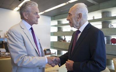 Michael Douglas et l'ancien président Shimon Peres (Crédit : Autorisation du Centre Peres pour la Paix)