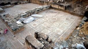 "Un des mosaïques omeyyades à Khirbat al-Minya,  sur les rives du lac de Tibériade (Autorisation: fouilles de Minya , Université hébraïque de Jérusalem)"""