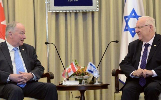 Le président Reuven Rivlin avec le ministre des Affaires étrangères canadien Robert Douglas Nicholson, à la résidence du président, mercredi 3 juin 2015 (Mark Neyman / GPO)
