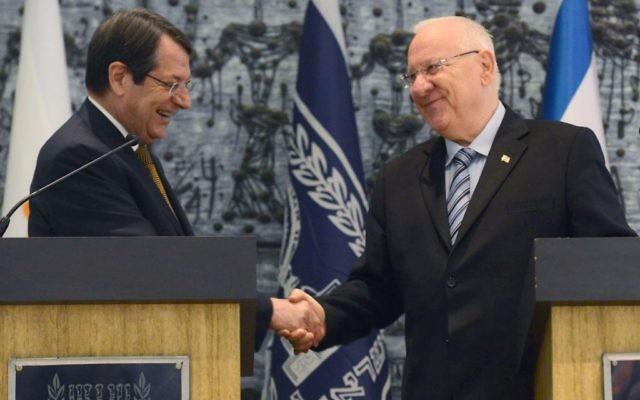 Le président Reuven Rivlin et le président chypriote Nicos Anastasiades (Crédit : Mark Neyman/GPO)