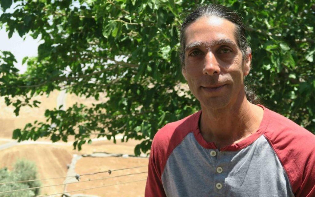 Noam Cohen, l'un des fondateurs de la communauté de colline de Neve Erez (Crédit : Luc Tress / Times of Israël)