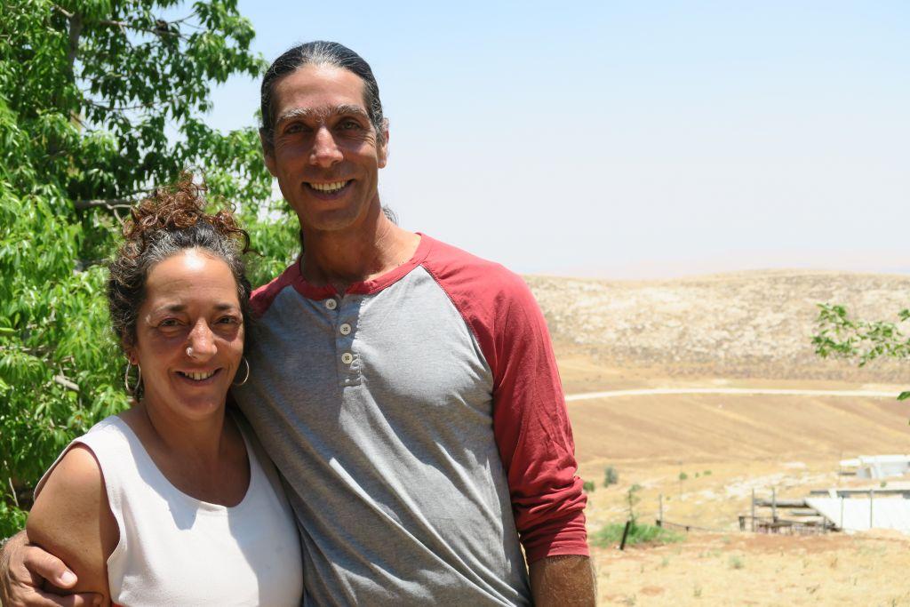 Noam et Tehila Cohen étaient le premier couple à s'installer à Neve Erez et qui ont élevé leurs trois enfants là-bas (Crédit : Luc Tress / Times of Israël)