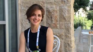 Yael Schuster, docteur en chimie organique, dirige la start-up 'Know-It-Alls' qui promeut des jouets scientifiques pour les jeunes filles  (Crédit : Luke Tress/The Times of Israel)