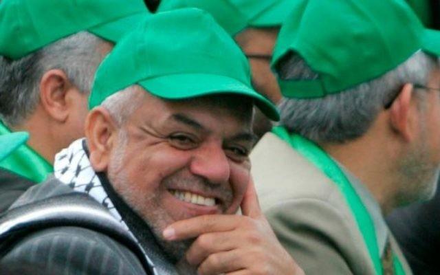 Le journaliste Mustafa Sawwaf lors d'un rassemblement du Hamas, en 2011 (Crédit : Page Facebook de Mustafa Sawwaf)