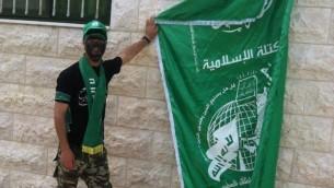Yasser Tarwa déploie le drapeau du Hamas (Page Facebook de Al-Resalah )