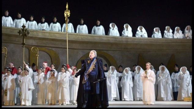 """L'une des seules scènes de chorale dans La Tosca. Certains des membres religieux pratiquants de l'Opéra d'Israël ont choisi de porter des colliers avec un """"T"""" à la place de croix, pour des raisons religieuses. (Crédit : Autorisation d'Israël Opéra / Yossi Zwecker)"""