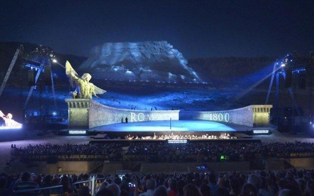 La performance de La Tosca à Massada a à peine utilisé la montagne. L'immense scène avalait les artistes car il y en avait seulement deux ou trois sur scène pendant la majeure partie du spectacle (Crédit : Autorisation d'Israël Opéra / Yossi Zwecker)