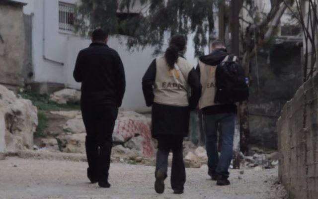 Des militants du Conseil œcuménique des Eglises en Cisjordanie (Crédit : Capture d'écran YouTube)