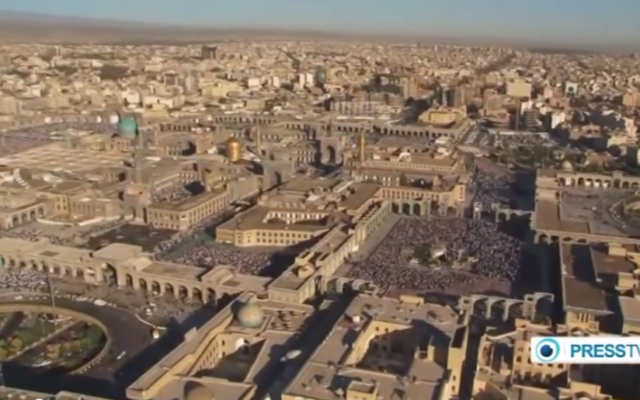 Vue aérienne de la ville de Machhad en Iran où les victimes de l'intoxication étaient en pélerinage (Crédit : Capture d'écran YouTube/PressTV