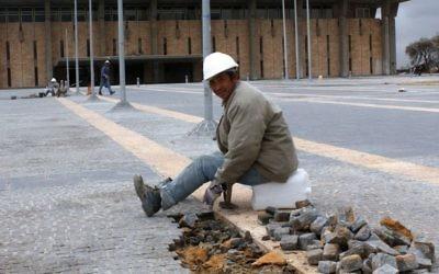 Un ouvrier en bâtiment chinois assis en face de la Knesset, le 8 janvier 2004. (Crédit : Flash90)