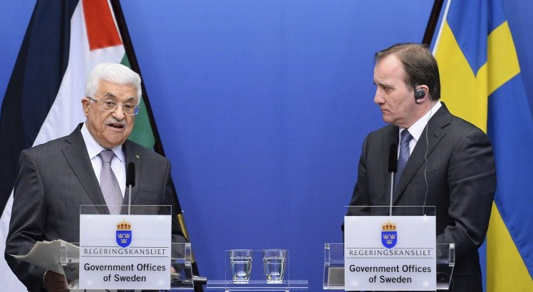 Le Premier ministre suédois Stefan Loefven (à droite) et le président palestinien Mahmoud Abbas lors d'une conférence de presse conjointe à Stockholm le 10 février 2015 (Crédit : AFP PHOTO / JONATHAN NACKSTRAND)