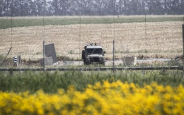 Un véhicule militaire israélien à Absan, près de la frontière entre Israël et l'est de la ville de Khan Younis, dans le sud de la bande de Gaza, le 30 mars 2015. (Abed Rahim Khatib / Flash90)