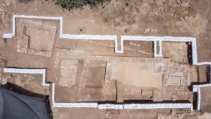 Vue du sol de l'église de l'époque byzantine découverte près d'Abu Ghosh lors de la modernisation et l'agrandissement de l'autoroute Jérusalem-Tel Aviv, en Juin 2015. (Photo: Autorisation Skyview, Autorité des Antiquités)