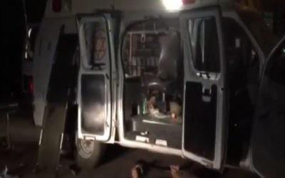 L'ambulance qui transportait deux Syriens blessés sur le plateau du Golan et qui a été attaquée par les villageois druzes, le 22 juin 2015. (Capture d'écran / Deuxième chaîne)