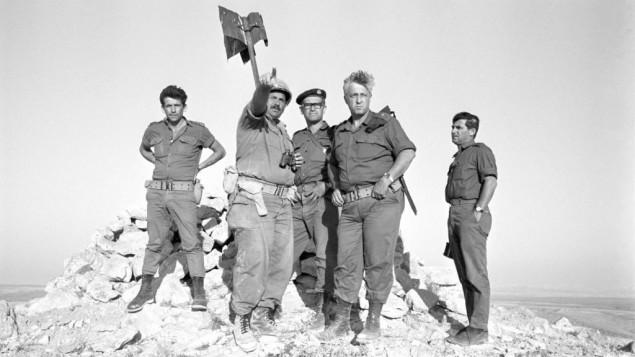 Ariel Sharon, au centre, commandant d'une division blindée dans le Sinaï lors de la Guerre des Six Jours (Crédit : Autorisation d'Israël Archive Defense Force)