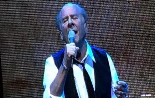 Art Garfunkel sur la scène du Bloomfield Arena, le 10 juin 2015 (Crédit : capture d'écran YouTube )
