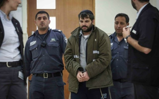 Yosef Haim Ben-David, l'un des juifs suspectés du meurtre de Muhammed Abu Khdeir, sous escorte policière au tribunal de district de Jérusalem, le 3 juin 2015  (Crédit : Hadas Parush/Flash90)