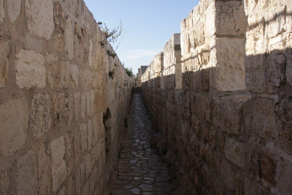 Entre les murs de la Vieille Ville de Jérusalem (Crédit : Shmuel Bar-Am)