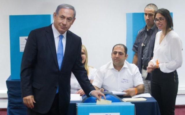Le Premier ministre Benjamin Netanyahu vote à un bureau de vote de Jérusalem, le 14 juin 2015. (Miriam Alster / Flash90)