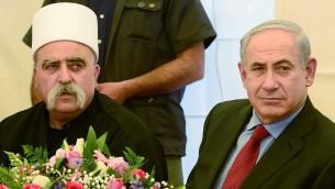 Le Premier ministre Benjamin Netanyahu et le chef spirituel de la communauté druze en Israël, Sheikh Moafaq Tarif, dans le village de Julis dans le nord d'Israël le 25 avril 2013 (Crédit : Moshe Milner / GPO)