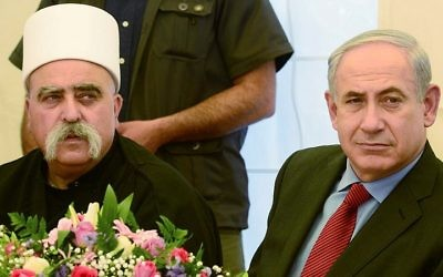 Le Premier ministre Benjamin Netanyahu et le chef spirituel de la communauté druze en Israël, Sheikh Mawafak Tarif, dans le village de Julis dans le nord d'Israël le 25 avril 2013 (Crédit : Moshe Milner / GPO)