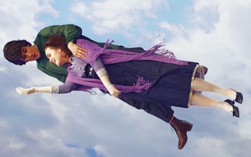 Leonid Bichevin et Kristina Schneidermann respectivement  dans les rôles de Marc Chagall et de Bella Rosenfeld-Chagall dans le film Chagall-Malevitch dans une scène inspirée du tableau 'Au-dessus de la ville' de Chagall (Autorisation de ShiM-Film Pictures)