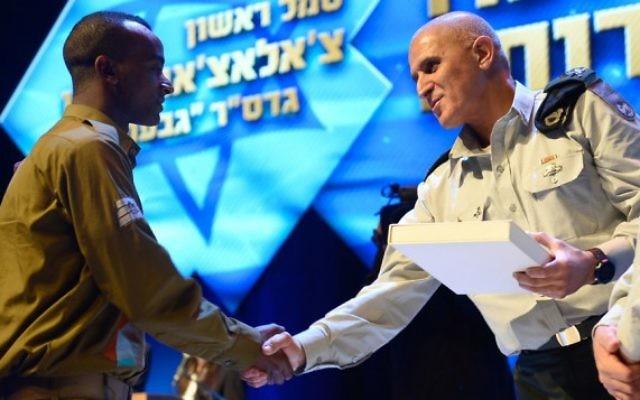 Le sergent Chalachew Mekonen reçoit une citation pour son service lors de l'opération Bordure protectrice des mains de Sami Turgeman, le commandant de la région Sud. Février 2015 (Photo: Porte-parole de Tsahal)
