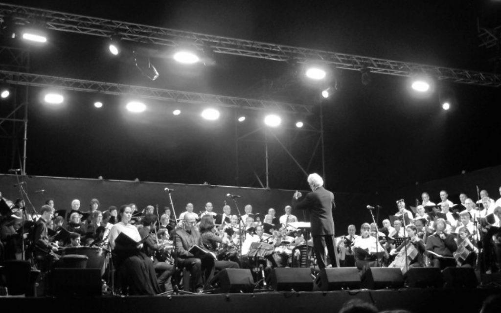 Avner Itai dirige le Requiem de Mozart à la frontière de Gaza, le 4 juin 2015. (Autorisation / Noam Ekhaus)