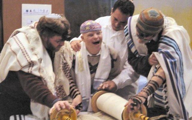 Photo illustrative: Un enfant aux besoins spéciaux lisant la Torah avec le mouvement Masorti en Israël (via Facebook)