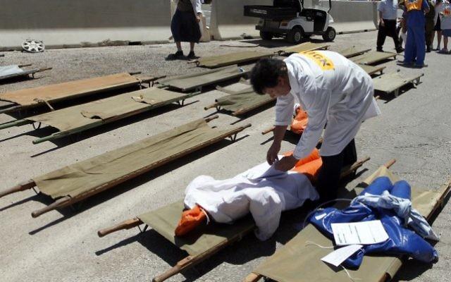 Des Israéliens participent à un exercice de tremblement de terre à l'hôpital Shaare Zedek à Jérusalem le 20 juin 2013. (Flash90)