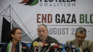 Dror Feiler, au centre, prend la parole lors d'une conférence de presse de la Flottille de la Liberté le 12 août 2014, à Istanbul  (Crédit photo: AFP / BULENT KILIC)
