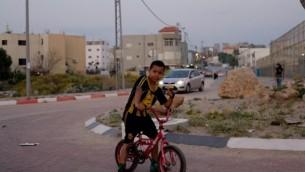 A Jisr az Zarqa, les enfants jouent essentiellement dans les rues (Photo: Eliyahu Kamisher)