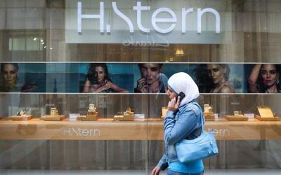 Une femme portant un foulard islamique passe devant un magasin de bijoux H.Stern à Jérusalem, le 23 avril 2013. (Crédit : Nati Shohat / Flash90).
