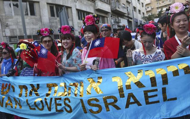 Un groupe de visiteurs taïwanais à la parade « Tabernacles » organisée par des groupes chrétiens chaque année lors de la fête juive de Souccot, le 24 septembre 2013. (Crédit : Nati Shohat / Flash90)
