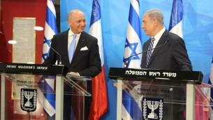 Le Premier ministre Benjamin Netanyahu rencontre le ministre français des Affaires étrangères Laurent Fabius (à gauche), le 21 juin 2015 à Jérusalem. (Crédit : Marine Crouzet / Ambassade de France)