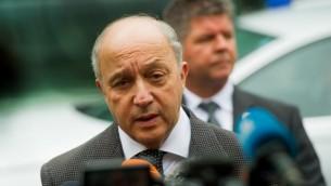 Le ministre français des Affaires étrangères, Laurent Fabius, s'adresse à la presse devant l'Hôtel Palais Coburg, le lieu des pourparlers sur le nucléaire, à Vienne, en Autriche, le 27 juin 2015. (Crédit photo: Christian Bruna / AFP)
