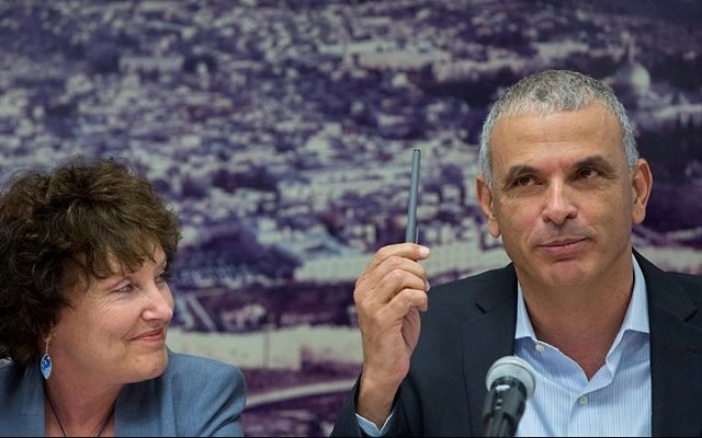 Moshe Kahlon, ministre des Finances, avec la gouverneure de la Banque d'Israël, Karnit Flug, pendant une conférence de presse au ministère des Finances, à Jérusalem, le 3 juin 2015. (Crédit : Yonatan Sindel/Flash90)