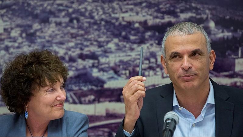 Le ministre des Finances, Moshe Kahlon (à droite) avec la gouverneure de la Banque d'Israël, Karnit Flug, lors d'une conférence de presse annonçant la nomination d'un comité pour favoriser la concurrence dans le système bancaire, au ministère des Finances, à Jérusalem, le 3 juin 2015. (Yonatan Sindel / Flash90)